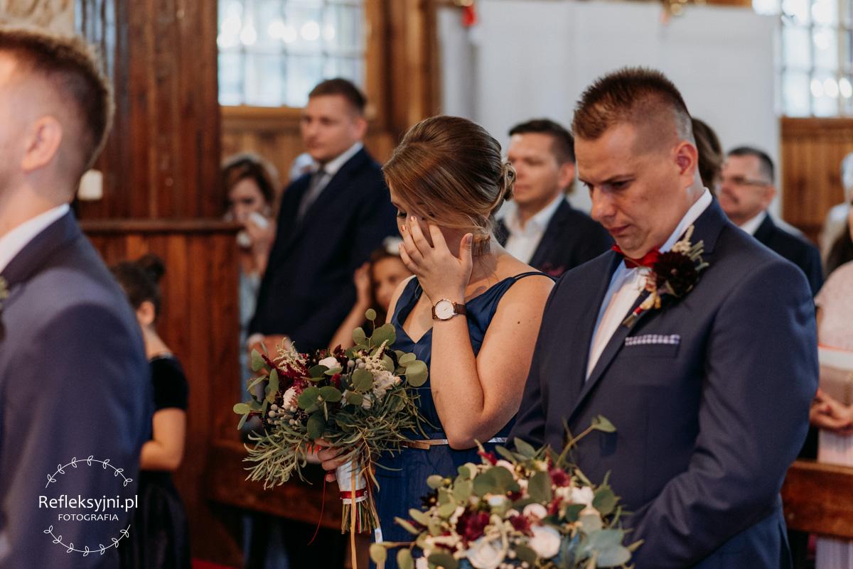 Wzruszona świadkowa na weselu