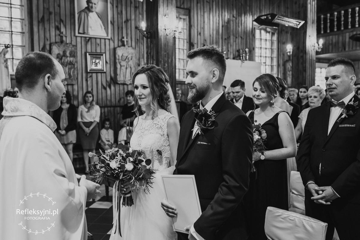 Państwo Młodzi odbierają akt ślubu