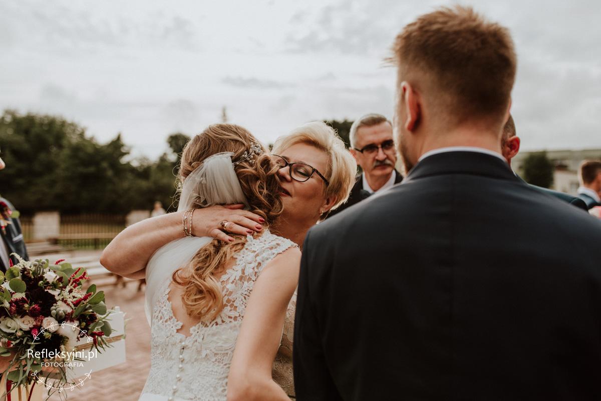 Mama Pani Młodej przytula córkę