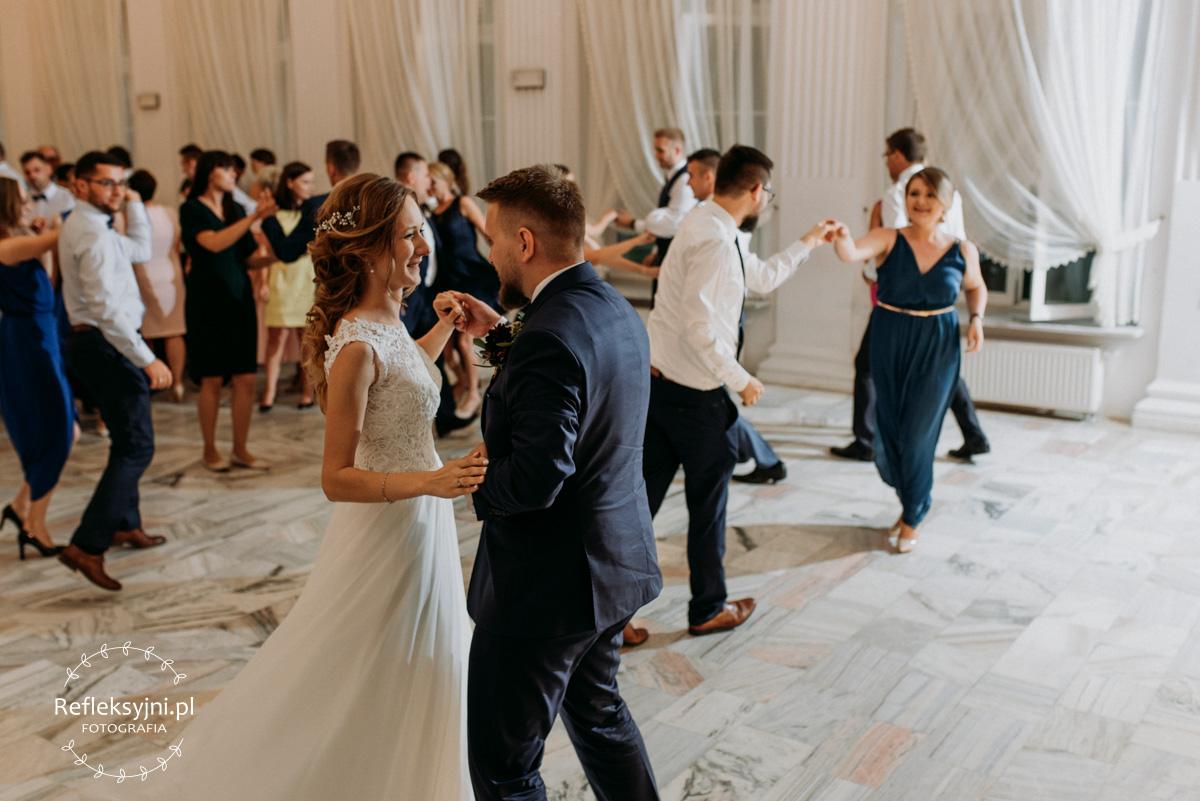 Państwo Młodzi tańczą na swoim weselu