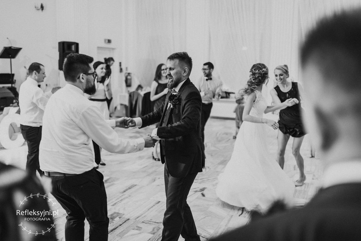Pan Młody tańczy z kolegą