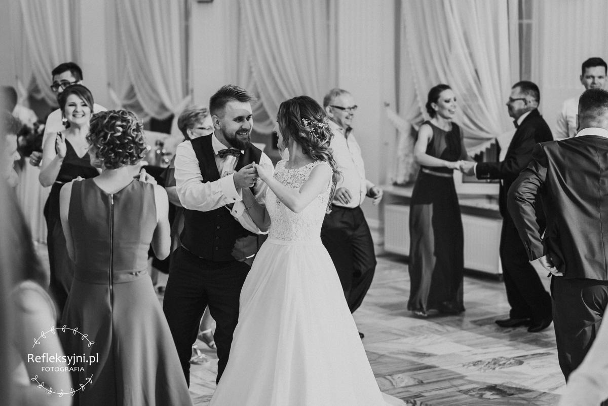 Żona tańczy z mężem