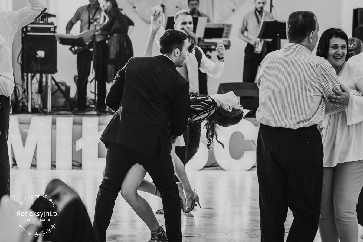 Para młodych ludzi tańczy