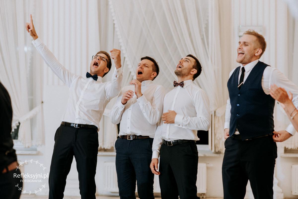 Czterech Panów w białych koszulach śpiewa