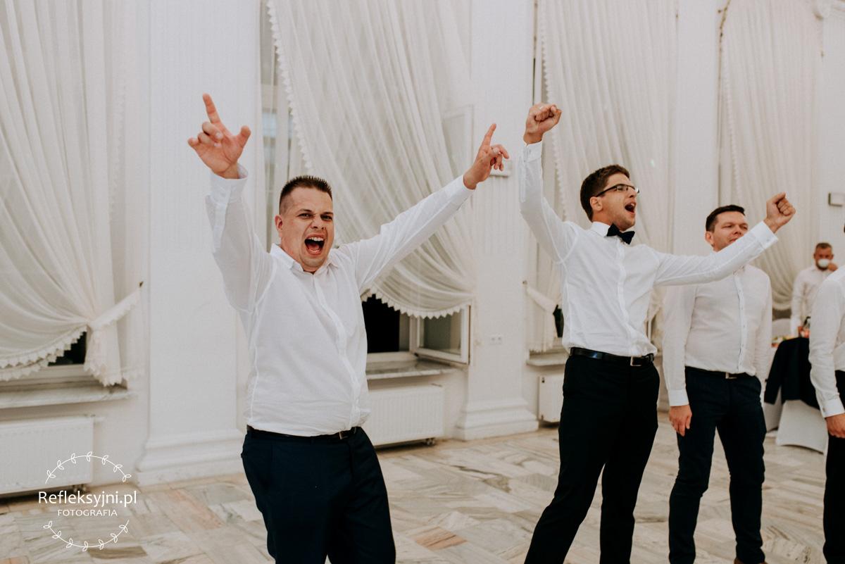 Trzech Panów w białych koszulach śpiewa