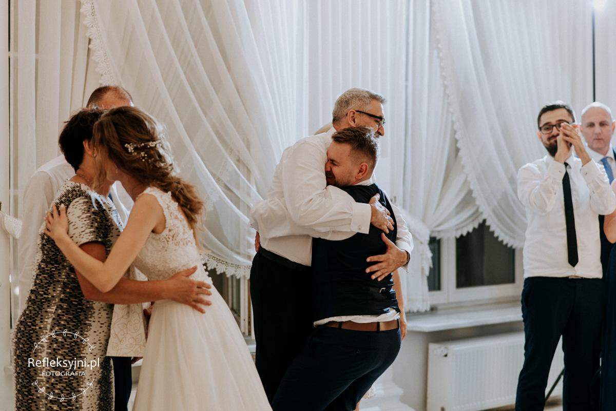 Pan Młody przytula tatę