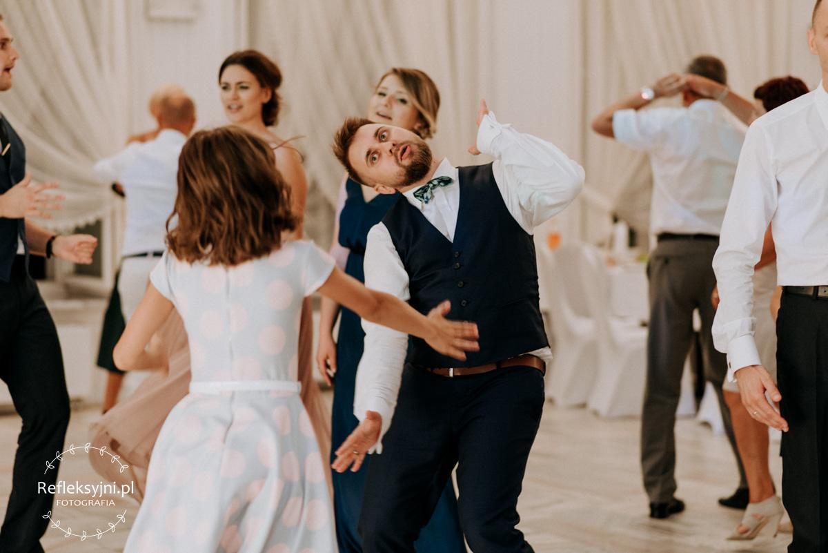 Pan Młody w dziwacznym tańcu
