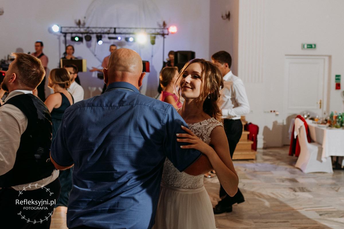 Pani Młoda tańczy z Panem w niebieskiej koszuli