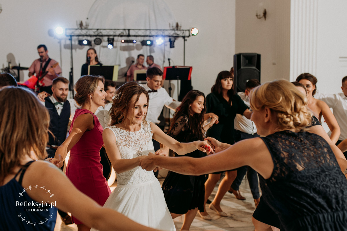 Panie Tańczą wokół Pani Młodej