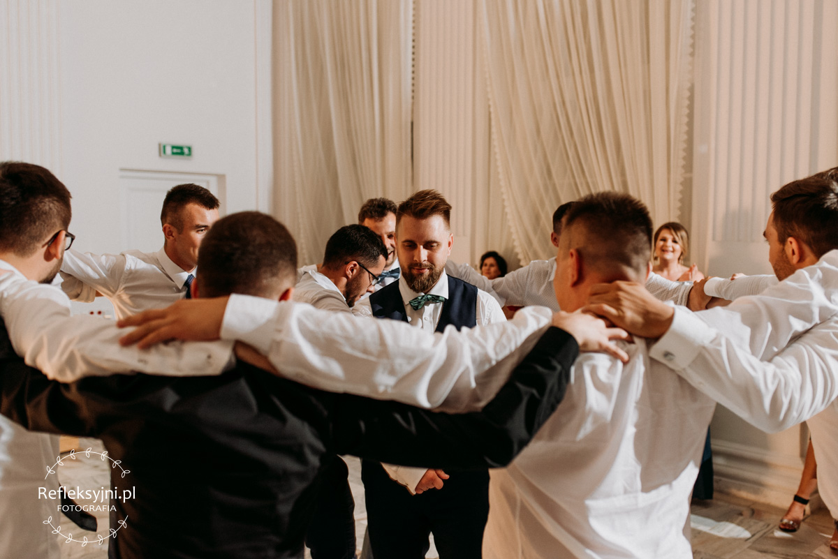 Panowie tańczą wokół Pana Młodego