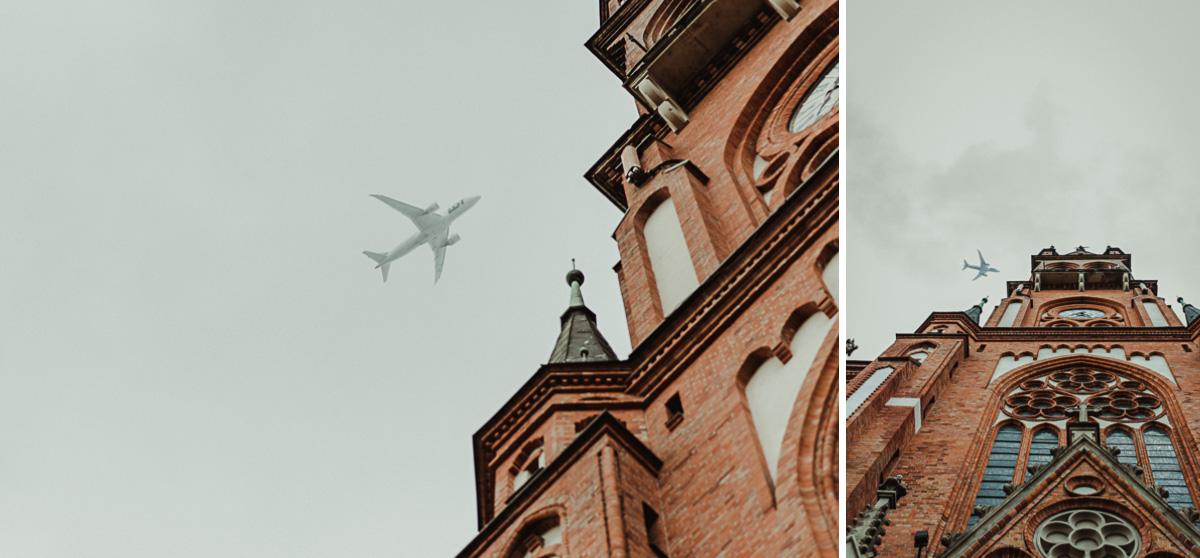 Samolot przelatujący nad Kościołem