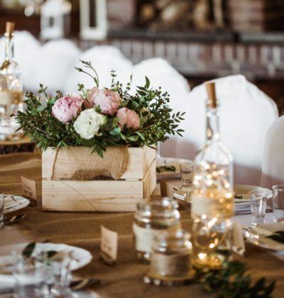 Dodatki rustykalne, drewniana skrzynia z kwiatami