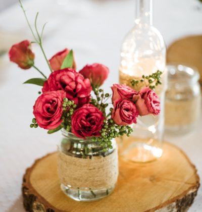 Dodatki rustykalne kwiaty, słoiki i podstawki drewanine