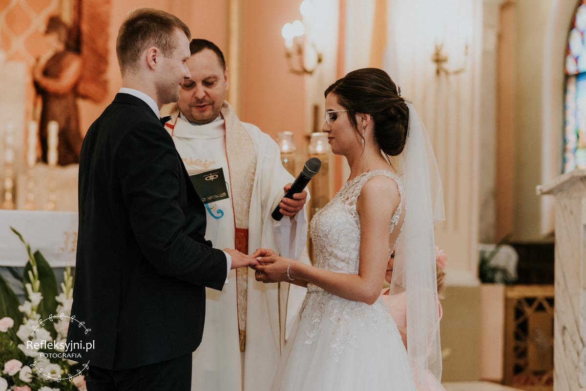 Para Młoda składająca sobie przysięgę ślubną