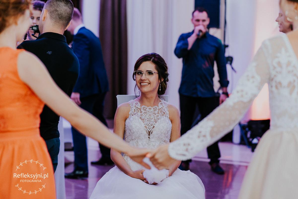 Pani Młoda rzucająca welon ślubny