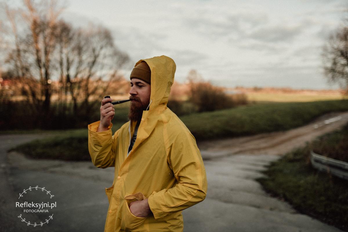 Latarnik w żółtym płaszczu