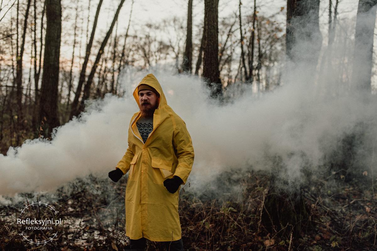 Latarnik w żółtym płaszczu i latarnią i mgle
