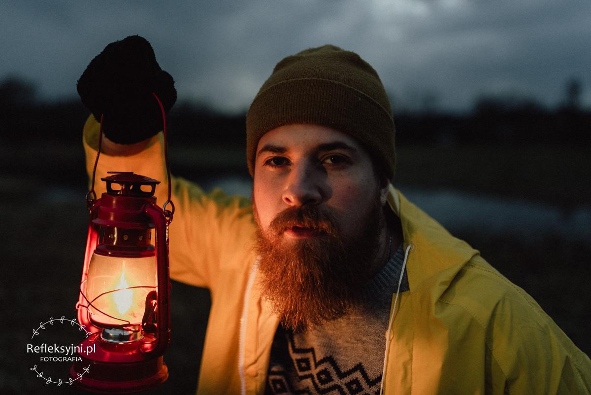 Latarnik w żółtym płaszczu i latarnią