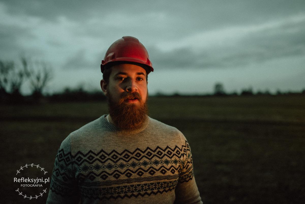 Mężczyzna z brodą w kasku