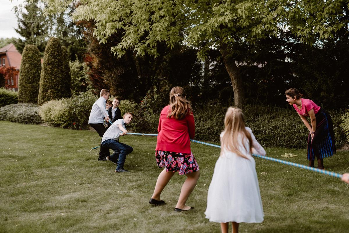 Zabawa weselna dla dzieci - przeciąganie liny