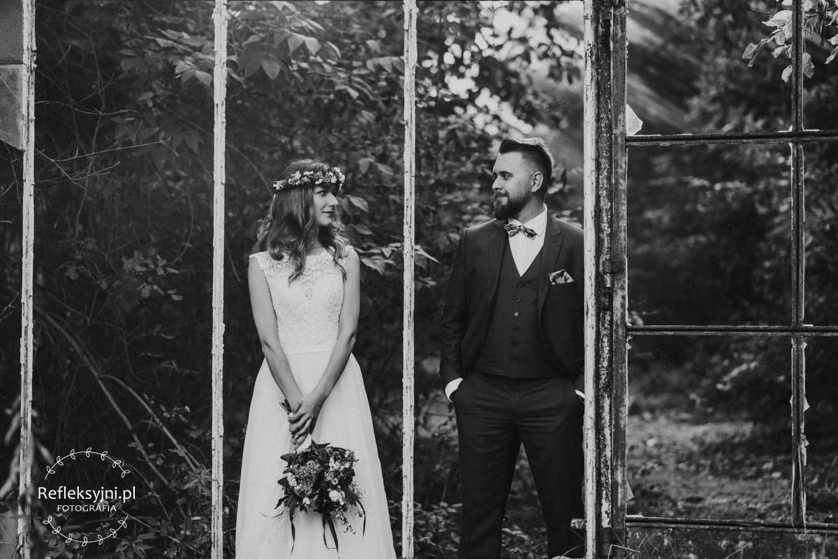 Plenerowa sesja ślubna w opuszczonej szklarni