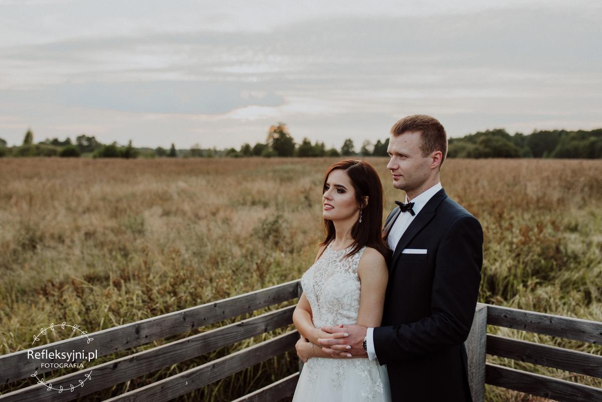 Plenerowa sesja ślubna na łące