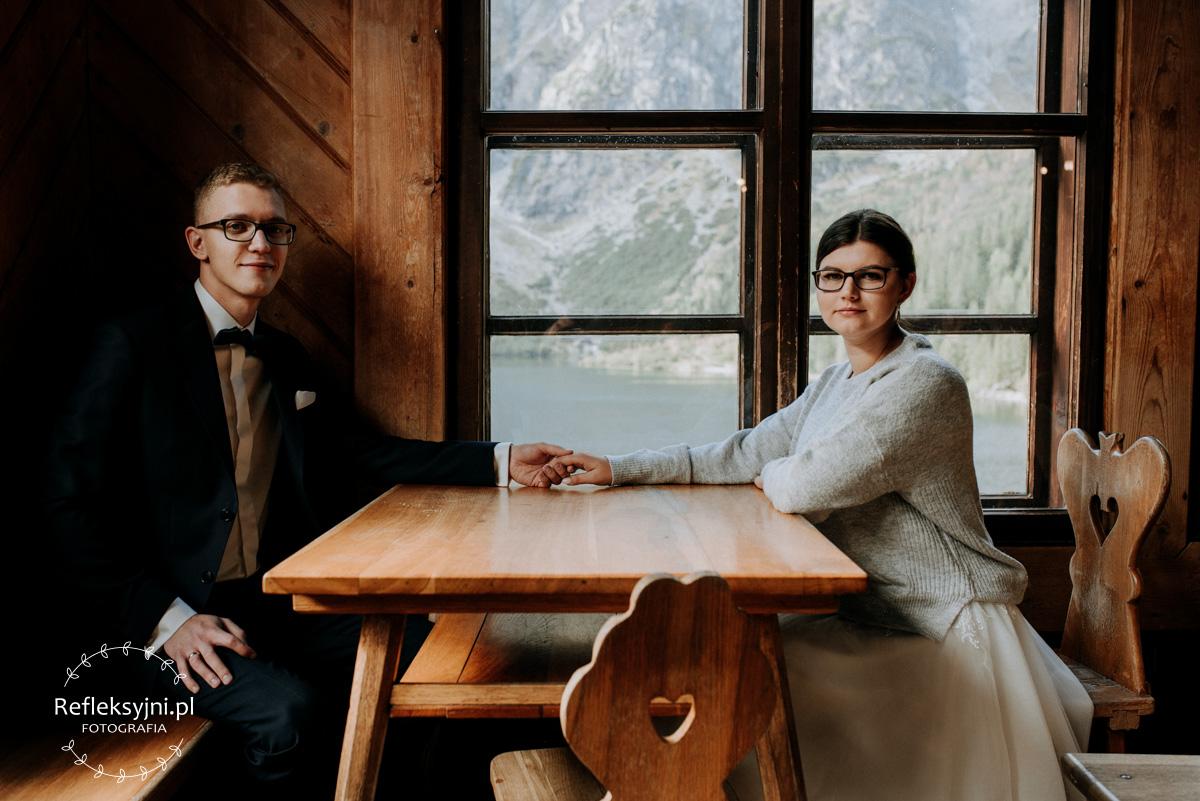 Para Młoda siedzi w schronisku nad Morskim Okiem