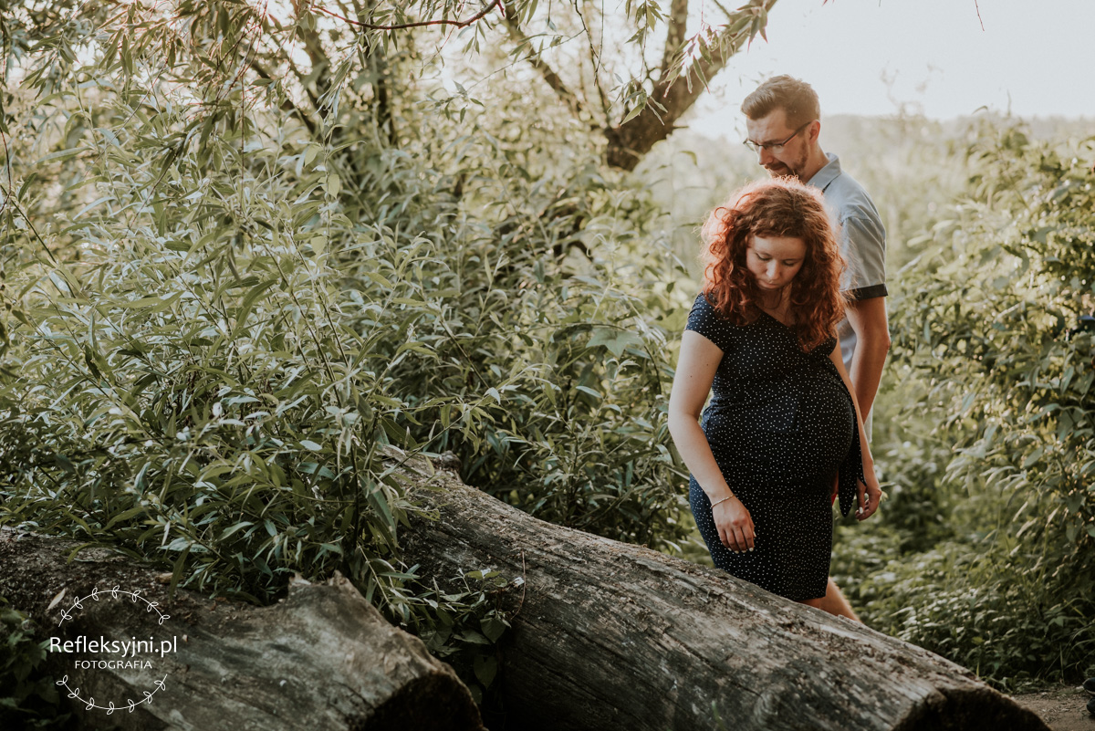 Sesja ciążowa Ruda kobieta i mężczyzna w lesie