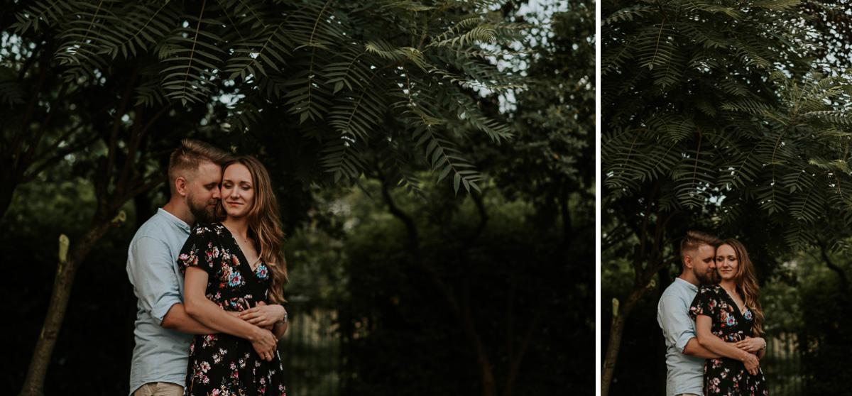 Para narzeczonych podczas sesji narzeczeńskiej pod pięknym drzewem