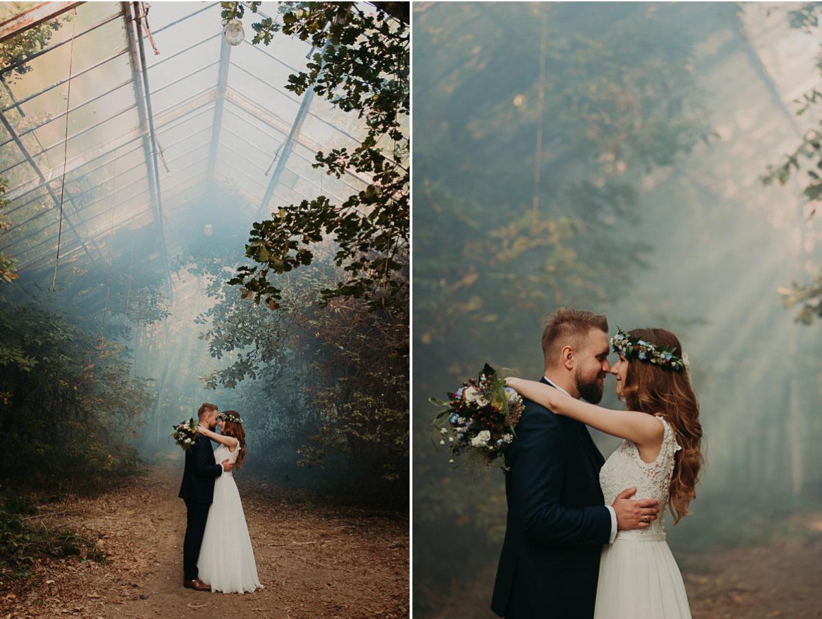 Para Młoda w szklarni i niebieska raca dymna