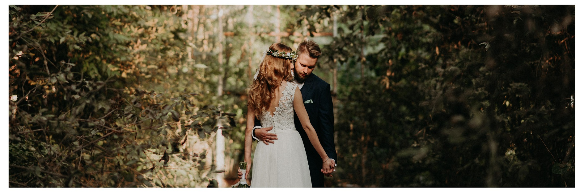 Para Młoda przytulona w szklarni
