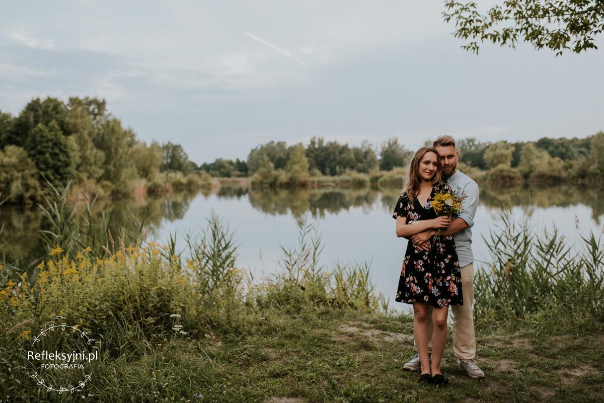 Para narzeczonych podczas sesji narzeczeńskiej na tle jeziora